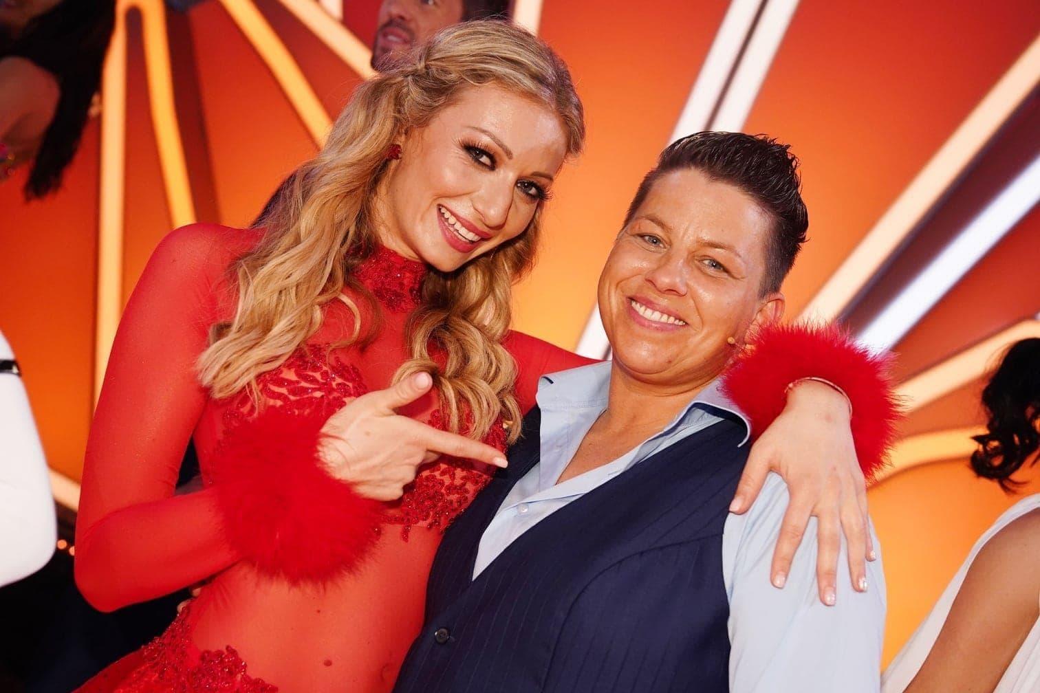 <p>Sängerin Kerstin Ott tanzt mit Regina Luca.</p> Foto: TVNOW / Gregorowius
