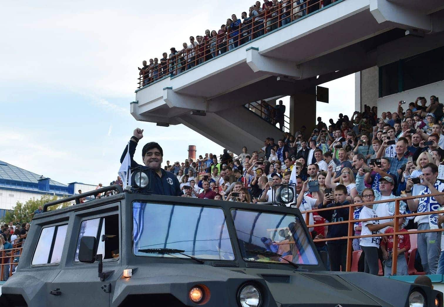 <p>Dann gibg es weiter zur Präsentation ins Stadion. Maradona läuft neben dem Maskottchen ein.</p> Foto: AFP