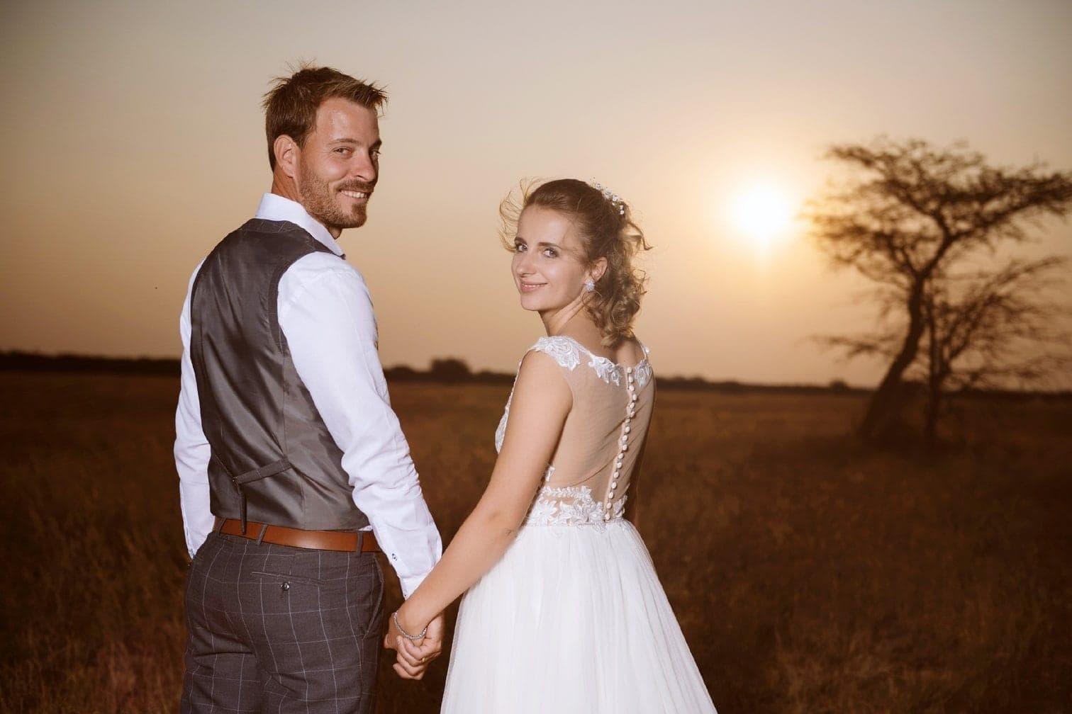 <p>Nach der kirchlichen Hochzeit in Polen traute Pastor Sven (l.) das Paar nun auch in Namibia.</p> Foto: MG RTL D / flashed by micky