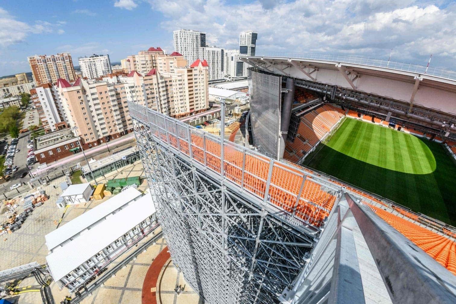 die aus dem Rund herausragen und nur während der WM zu sehen sein werden. Denn anschließend wird das Stadion wieder zurückgebaut. Die Kapazität beträgt nun vorübergehend 35.696 Zuschauer.</p> Foto: afp