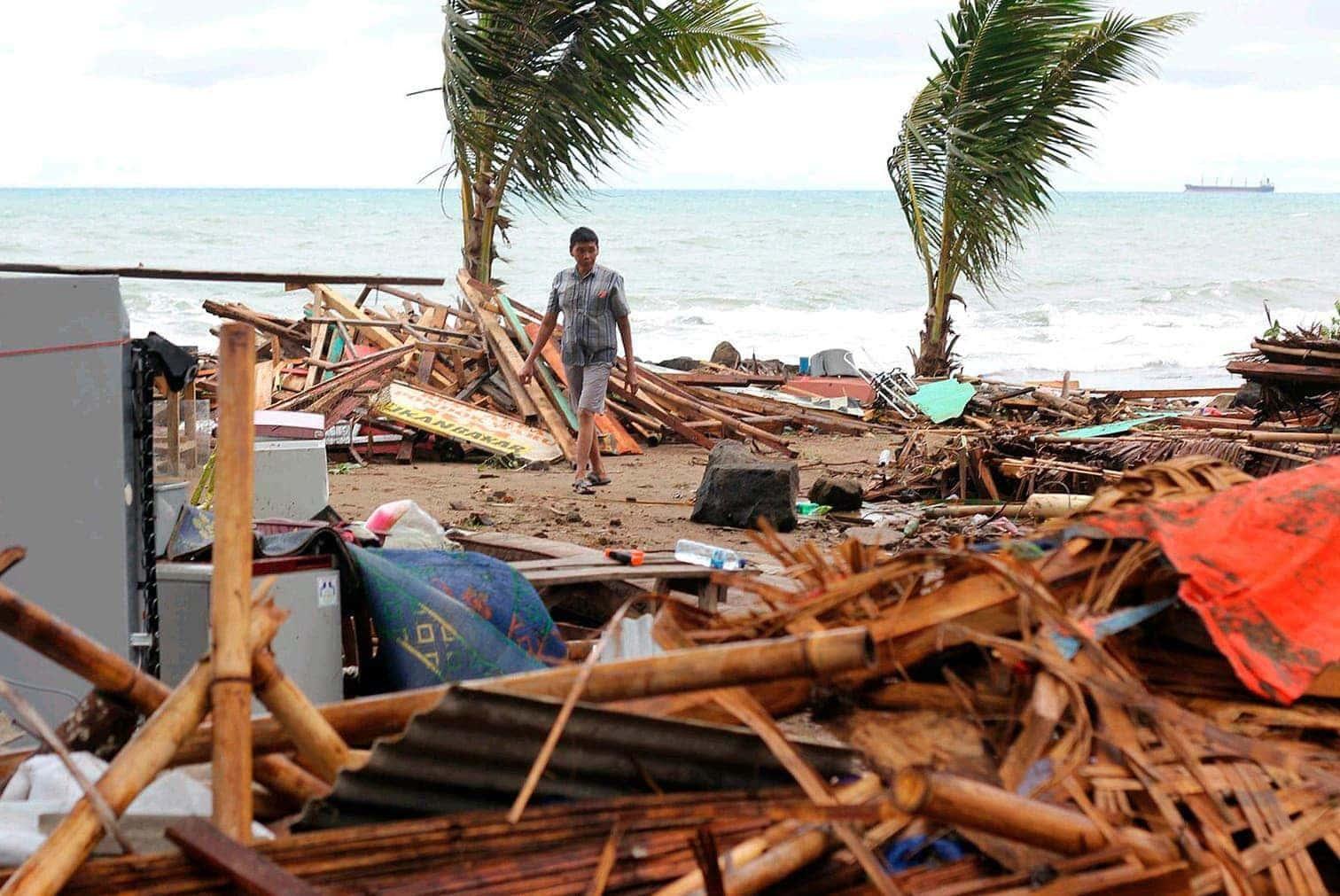 <p>Rettungskräfte durchkämmten am Sonntag die Schuttberge nach Überlebenden. Hunderte Gebäude wurden nach Behördenangaben zerstört. Die Flutwellen trafen im Süden Sumatras und im Westen Javas am späten Samstagabend an Land