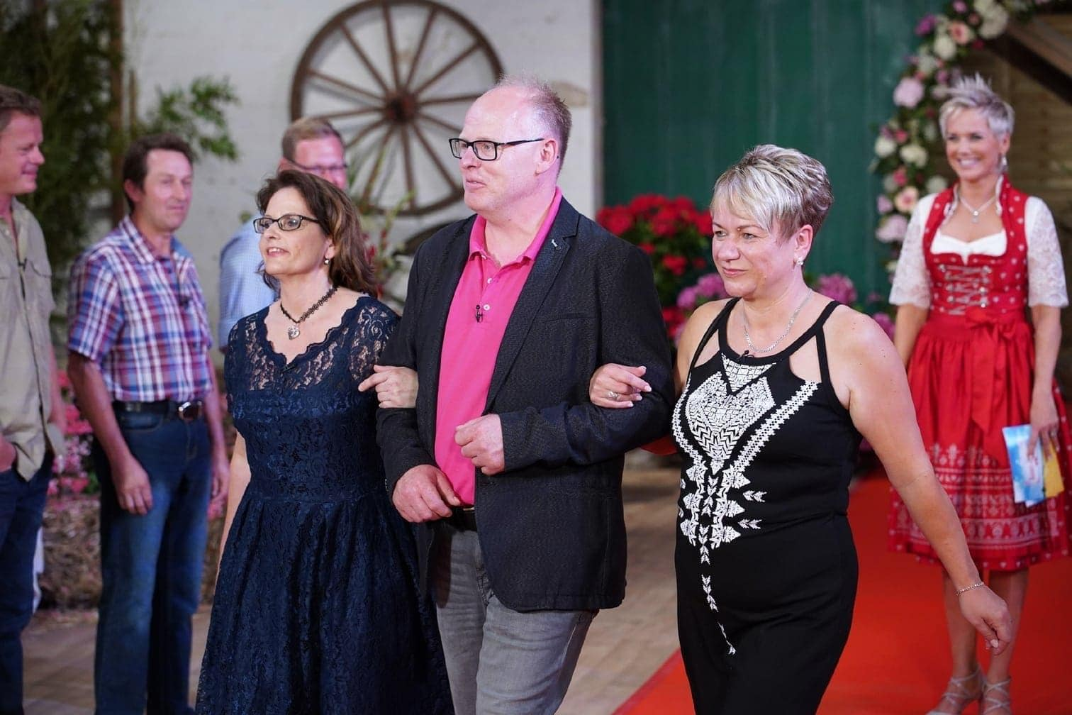 <p>Schweinewirt Bernhard (53) lernt beim Scheunenfest Lena (40