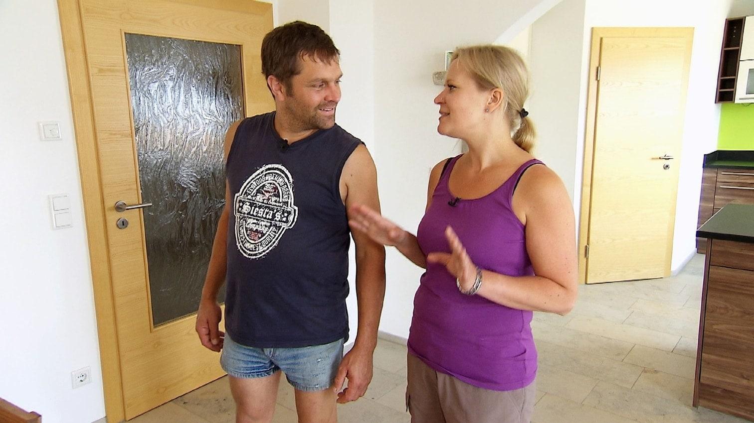 <p>Und Danielle überwindet sogar ihre Angst und nähert sich in Gesellschaft von Christian den freilaufenden Rindern an.</p> Foto: MG RTL D