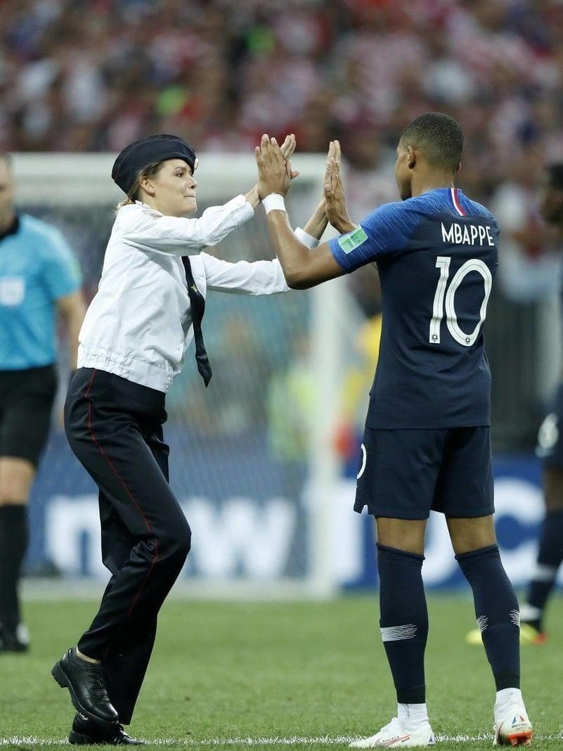<p>High Five für Kylian Mbappé!Flitzer der Punkband Pussy Riot haben beim WM-Finale zwischen Frankreich und Russland für eine kurze Unterbrechung auf dem Rasen im Moskauer Luschniki-Stadion gesorgt.</p> Foto: dpa