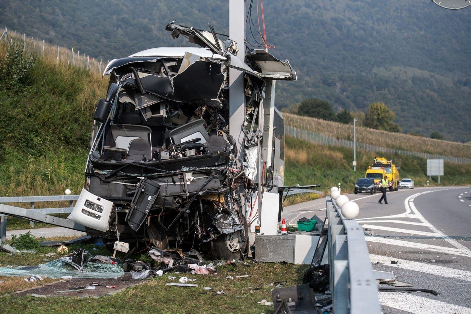 <p>Nach Angaben der Schweizer Nachrichtenagentur SDA prallte der Bus am Sonntagmorgen auf der Autobahn A2 in Sigirino nördlich von Lugano gegen einen Pfosten mit Signalanlagen.</p> Foto: dpa/Gabriele Putzu