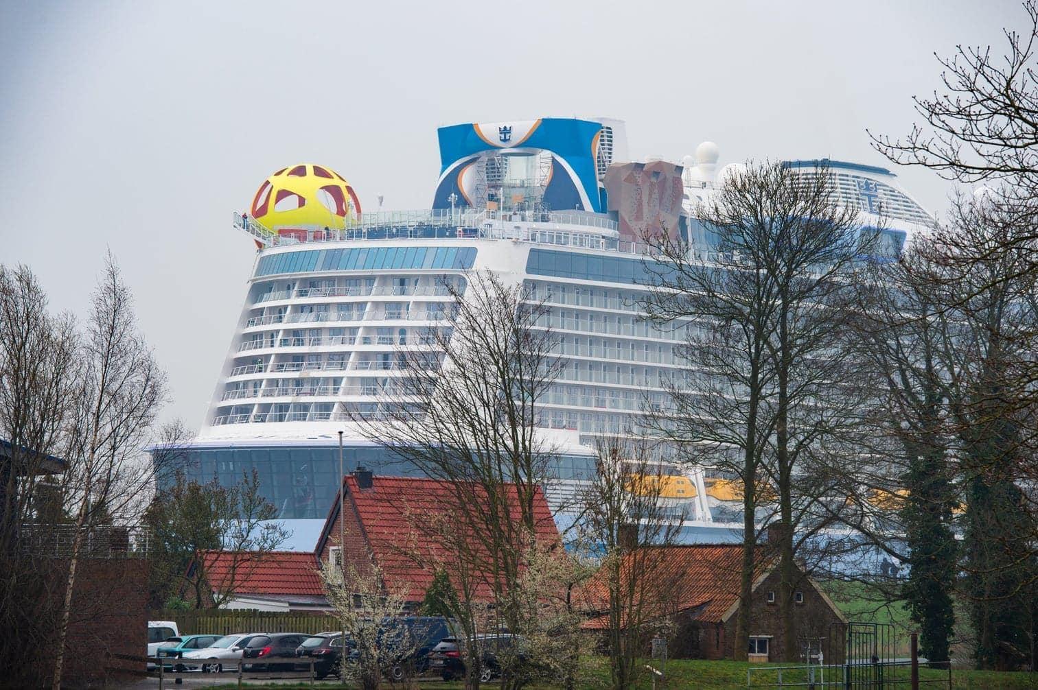 <p>Das Schiff kommt auf eine Gesamtlänge von 347 Metern.</p> Foto: dpa/Christophe Gateau