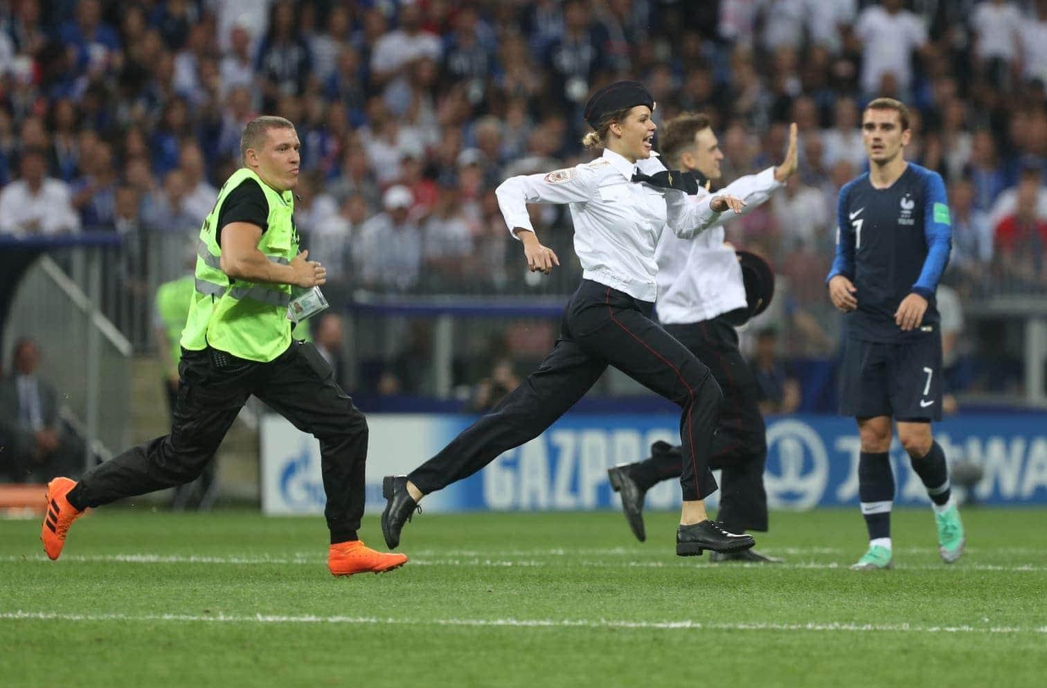 in der Mitte des Spielfelds den französischen Stürmer Kylian Mbappé abzuklatschen