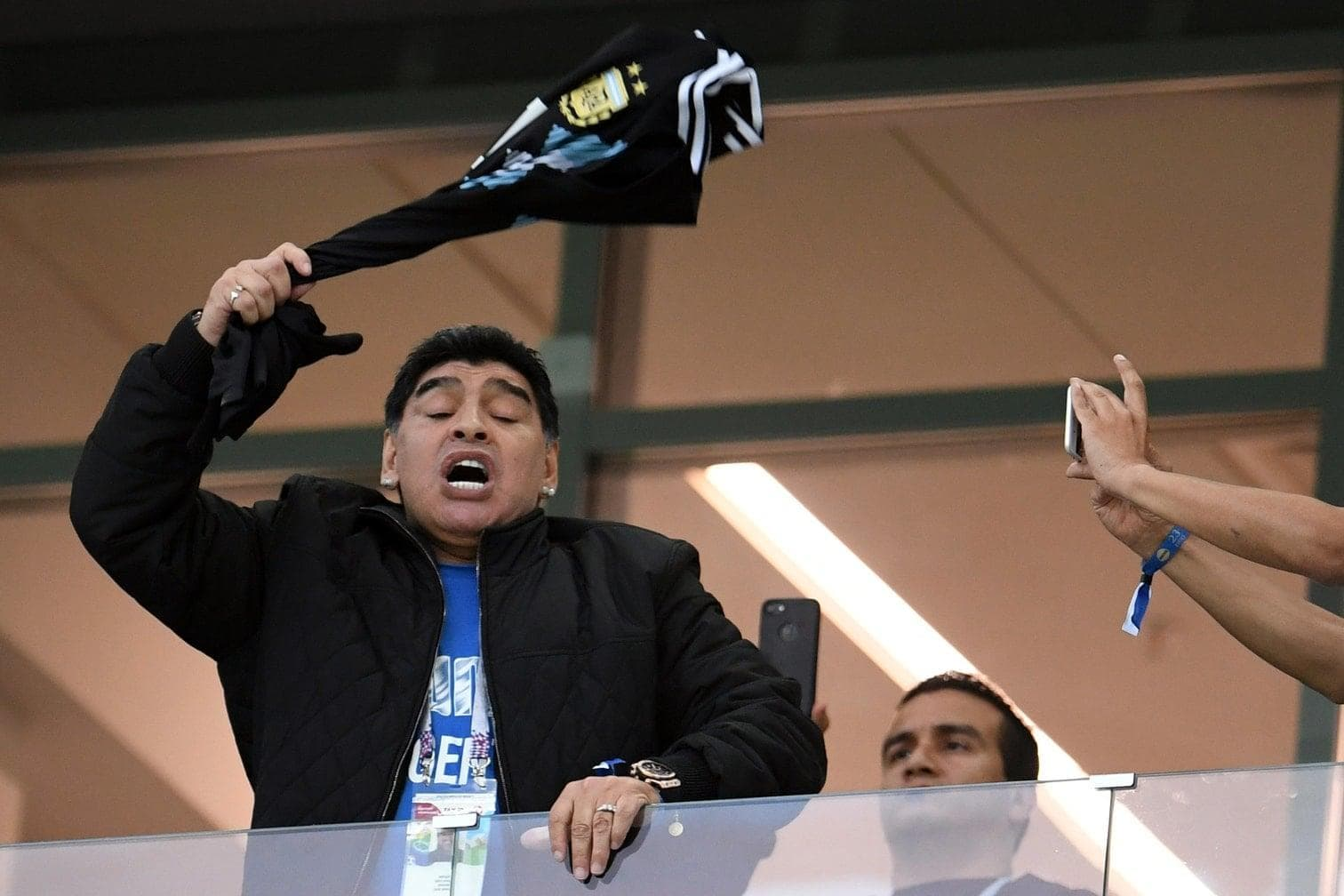 <p>Sehen Sie nun weitere Bilder von Diego Maradona als Zuschauer bei der WM 2018.</p> Foto: dpa
