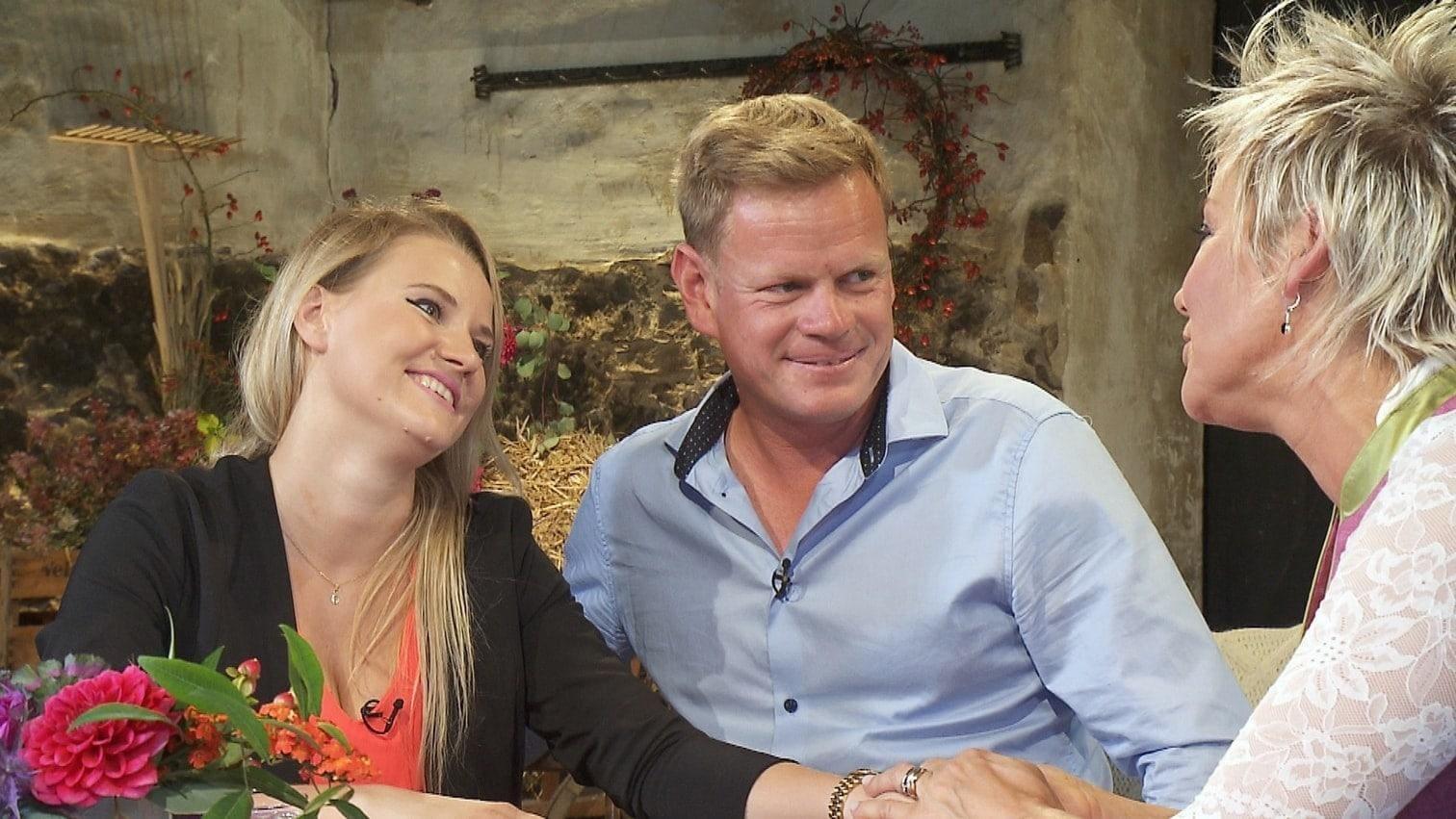 <p>Die Verlobungsringe haben es der Moderatorin angetan.</p> Foto: MG RTL D