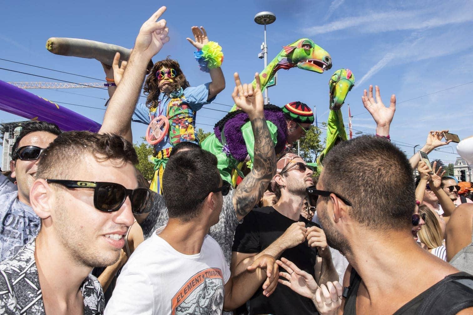 <p>Massen an knapp und schrill Kostümierten zogen durch die Innenstadt.&nbsp;</p> Foto: dpa