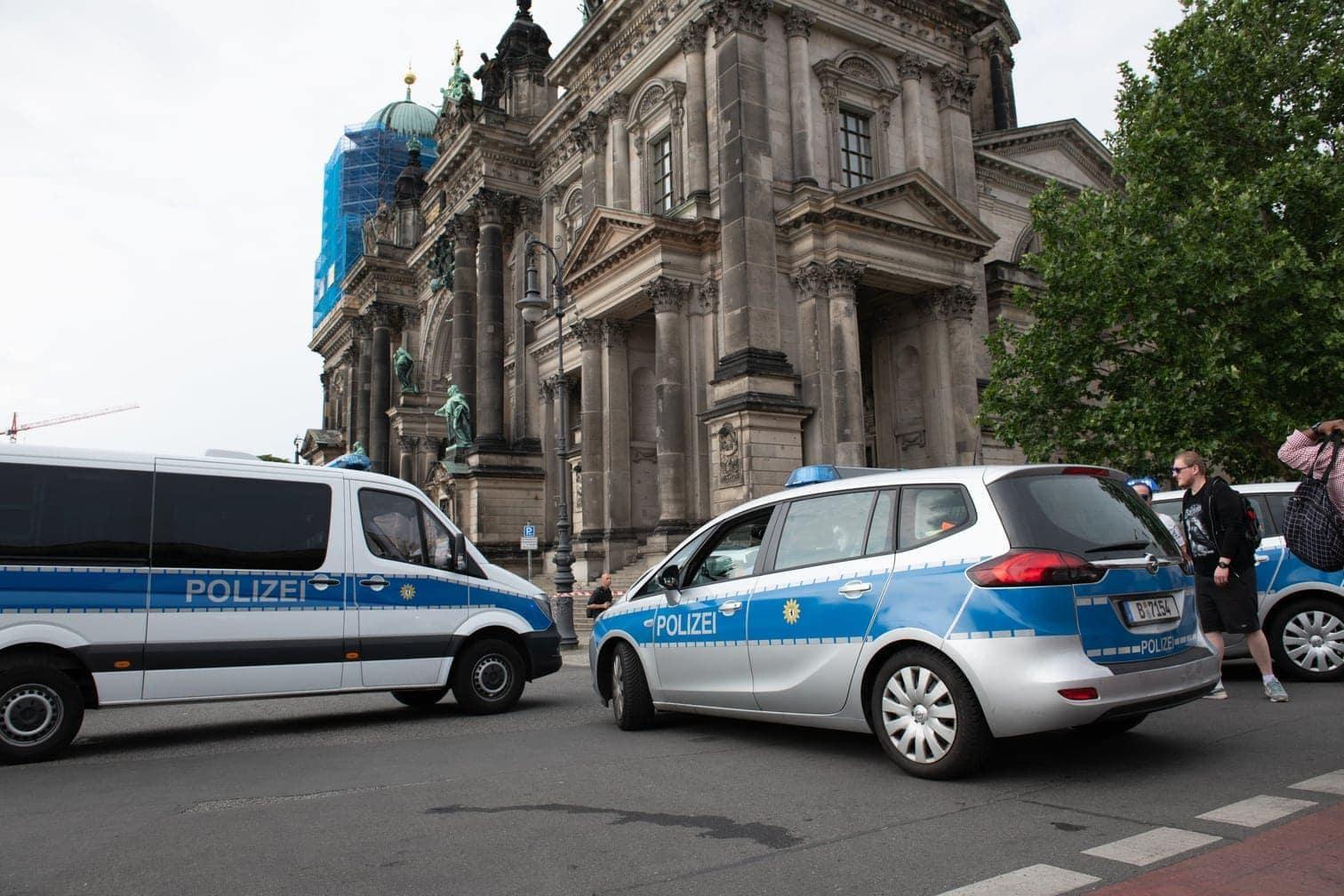 <p>Polizeifahrzeuge stehen vor dem Dom.</p> Foto: dpa