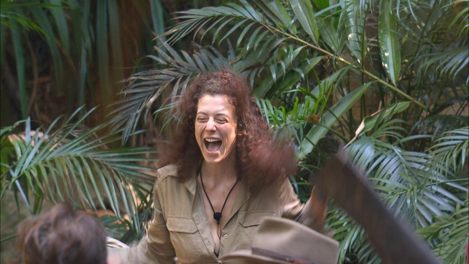 """dass Doreen vor Sandra geht?"""" Bastian: """"Normalerweise nicht."""" Chris: """"Evelyn war ja heute witzig. Die hat ja gar nichts gerafft!"""" Bastian: """"Wie eigentlich jeden Tag. Ich dachte erst"""