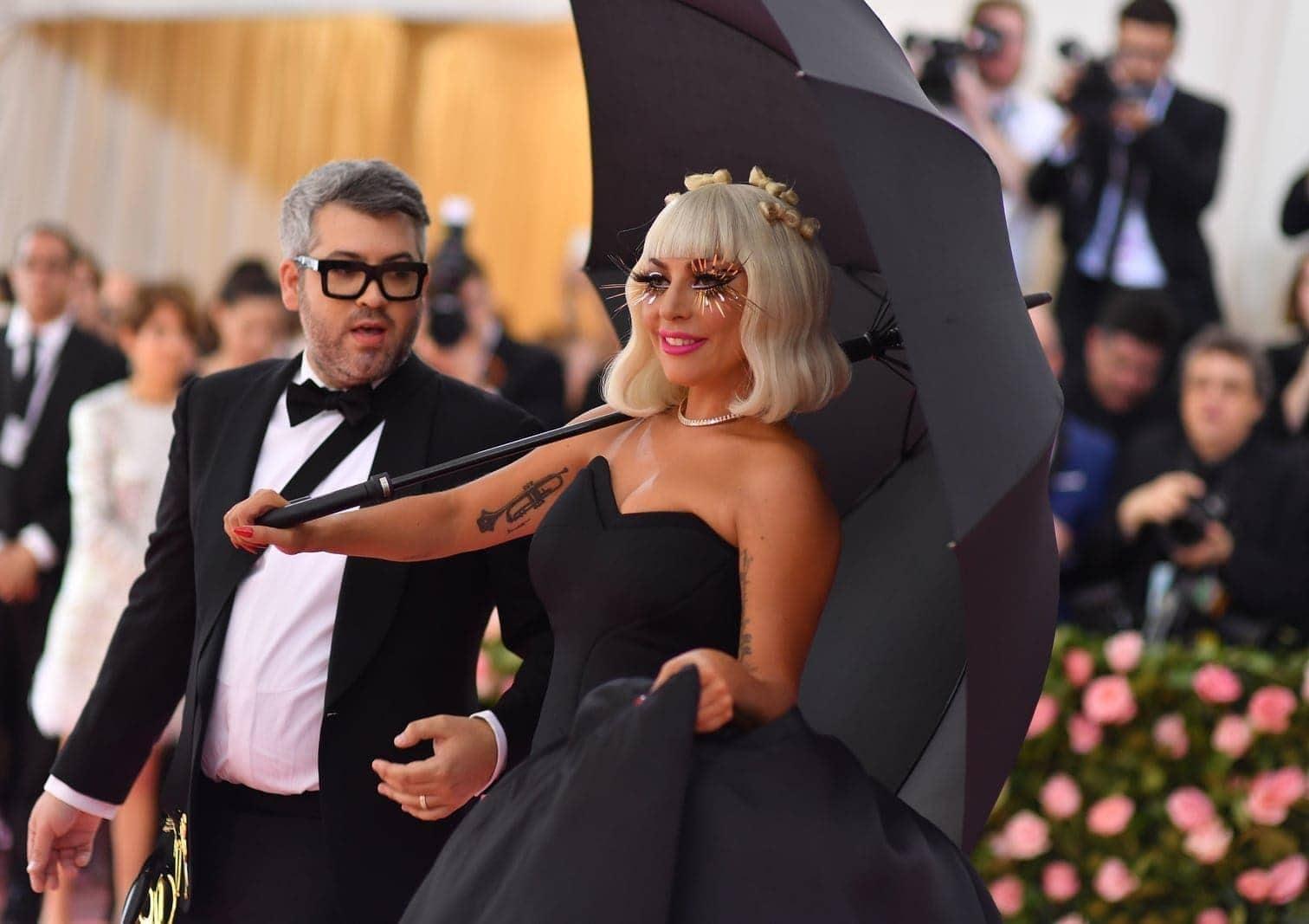 vom meterlangen pinkfarbenen Kleid mit Schleife im Haar bis zu schwarzer Unterwäsche.</p> Foto: AFP/Angela Weiss