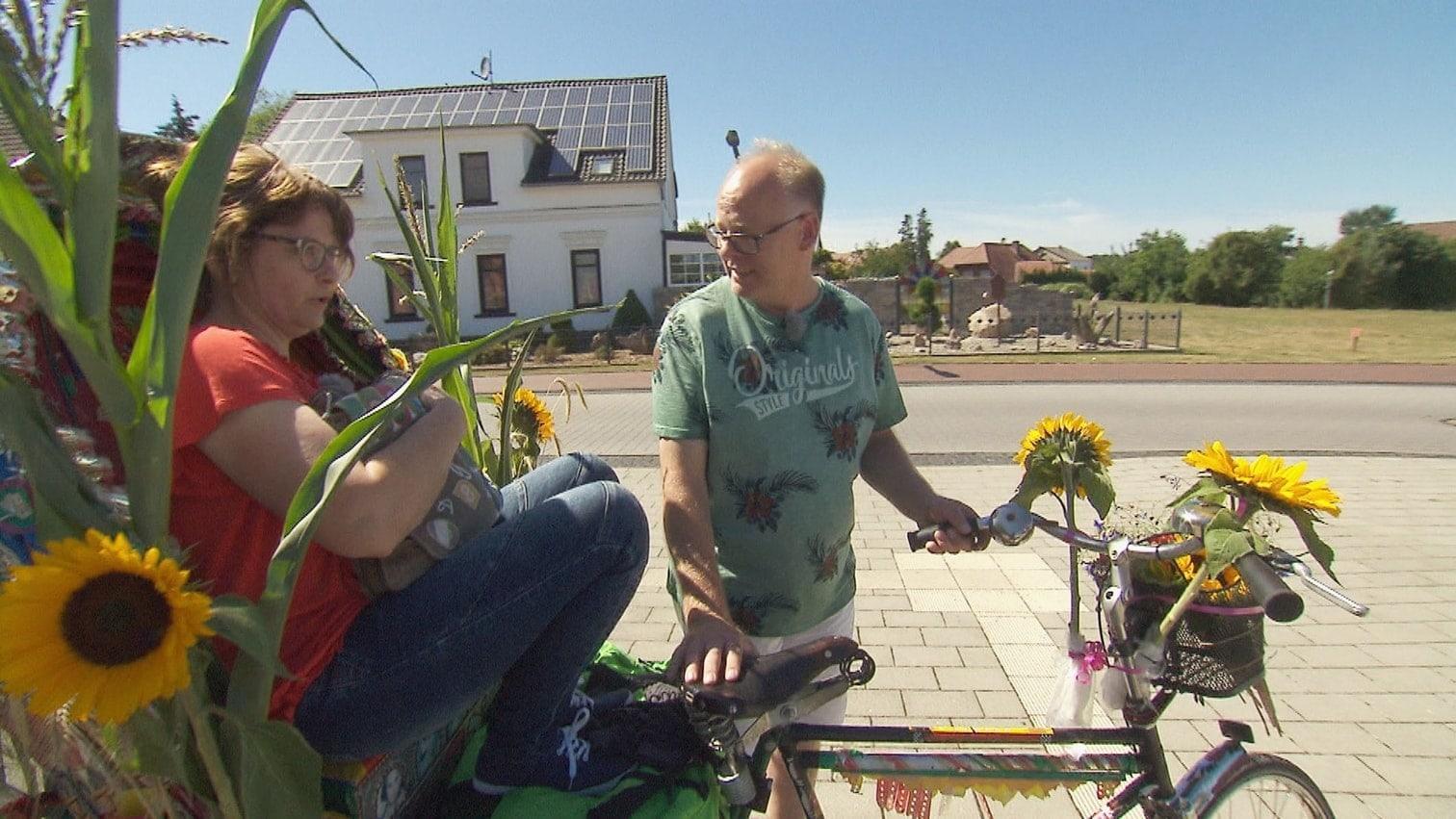 um die vollgeladene Fahrradrikscha mit Heike (48