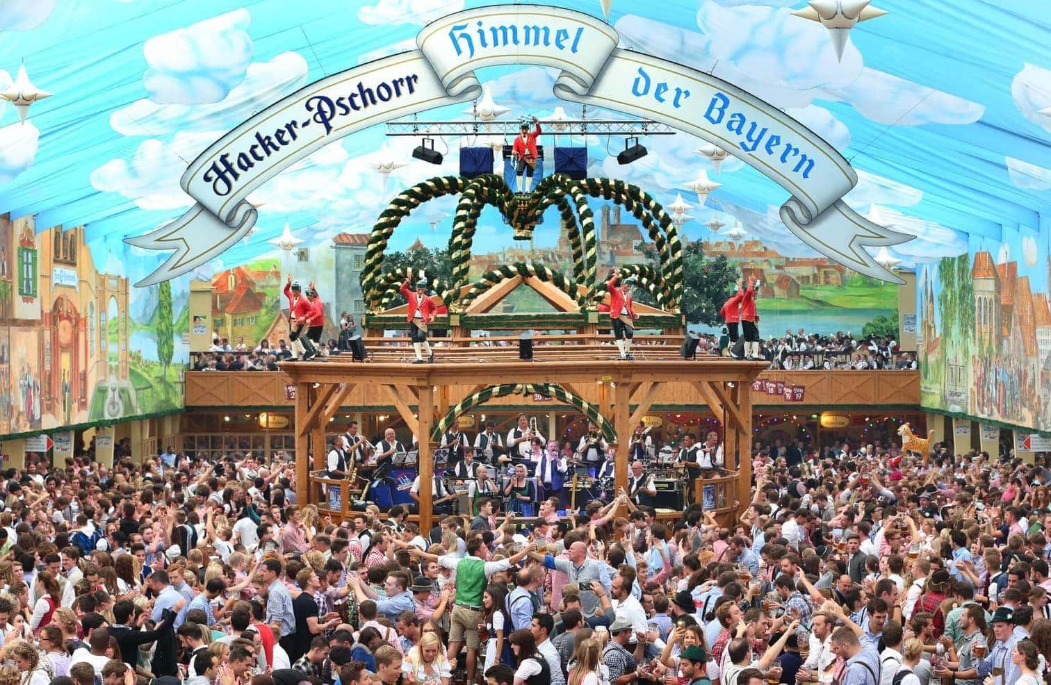 <p>Volksfeste in Süddeutschland kommen nicht ohne sie aus: die Tracht. Aber auch auf Oktoberfesten in ganz Deutschland tragen Feiernde Dirndl und Lederhose. Ein Überblick über Dresscodes