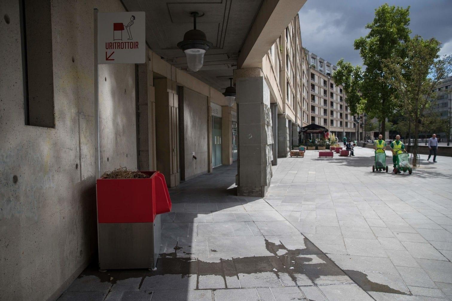 <p>Unschön: Vor den Toiletten bilden sich Pinkel-Pfützen.</p> Foto: AFP