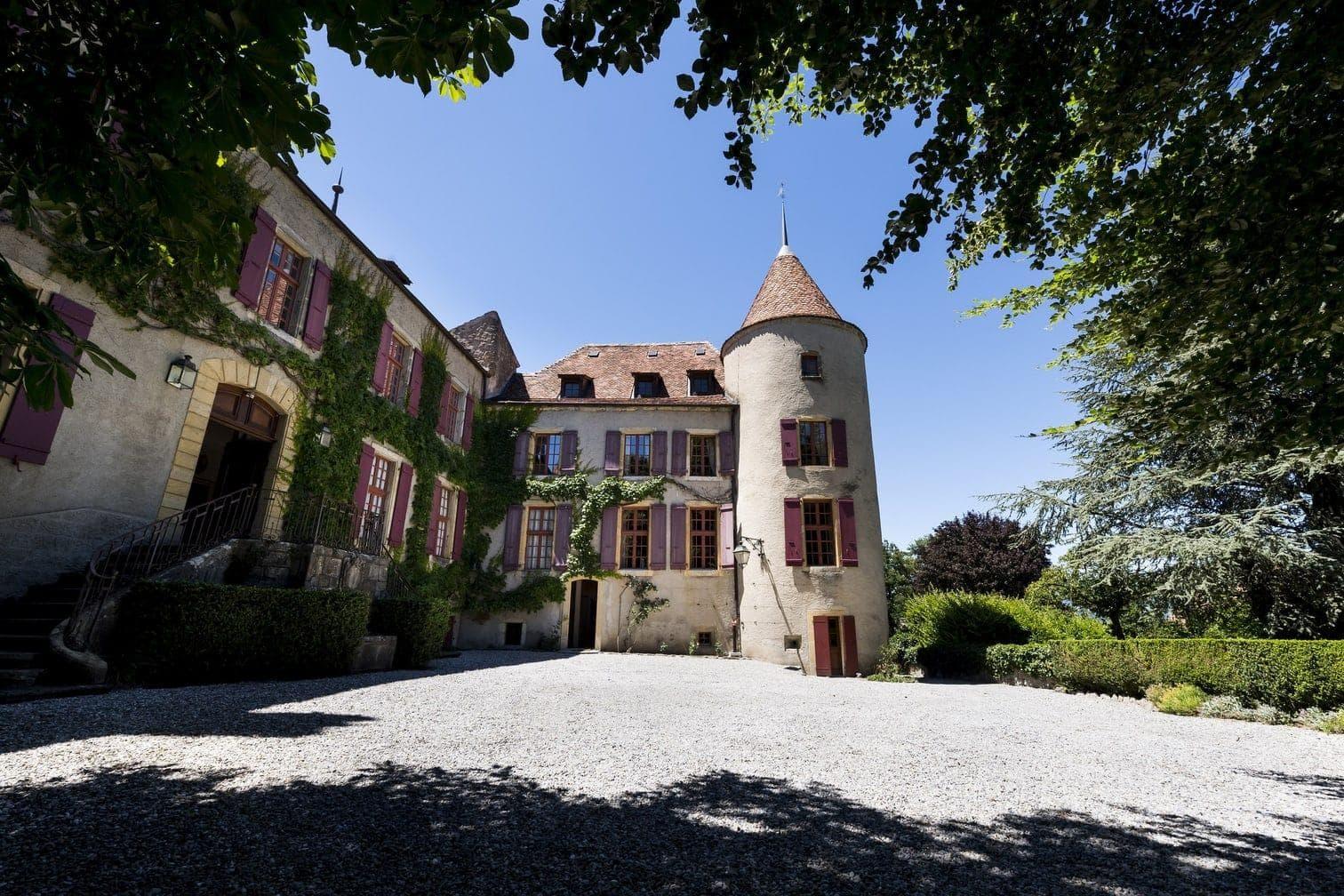 <p>Das Schloss gehört dem Genfer Privatbankier Thierry Lombard. Er wollte es nach Angaben des Auktionshauses vor ein paar Jahren für 18 Millionen Schweizer Franken (15