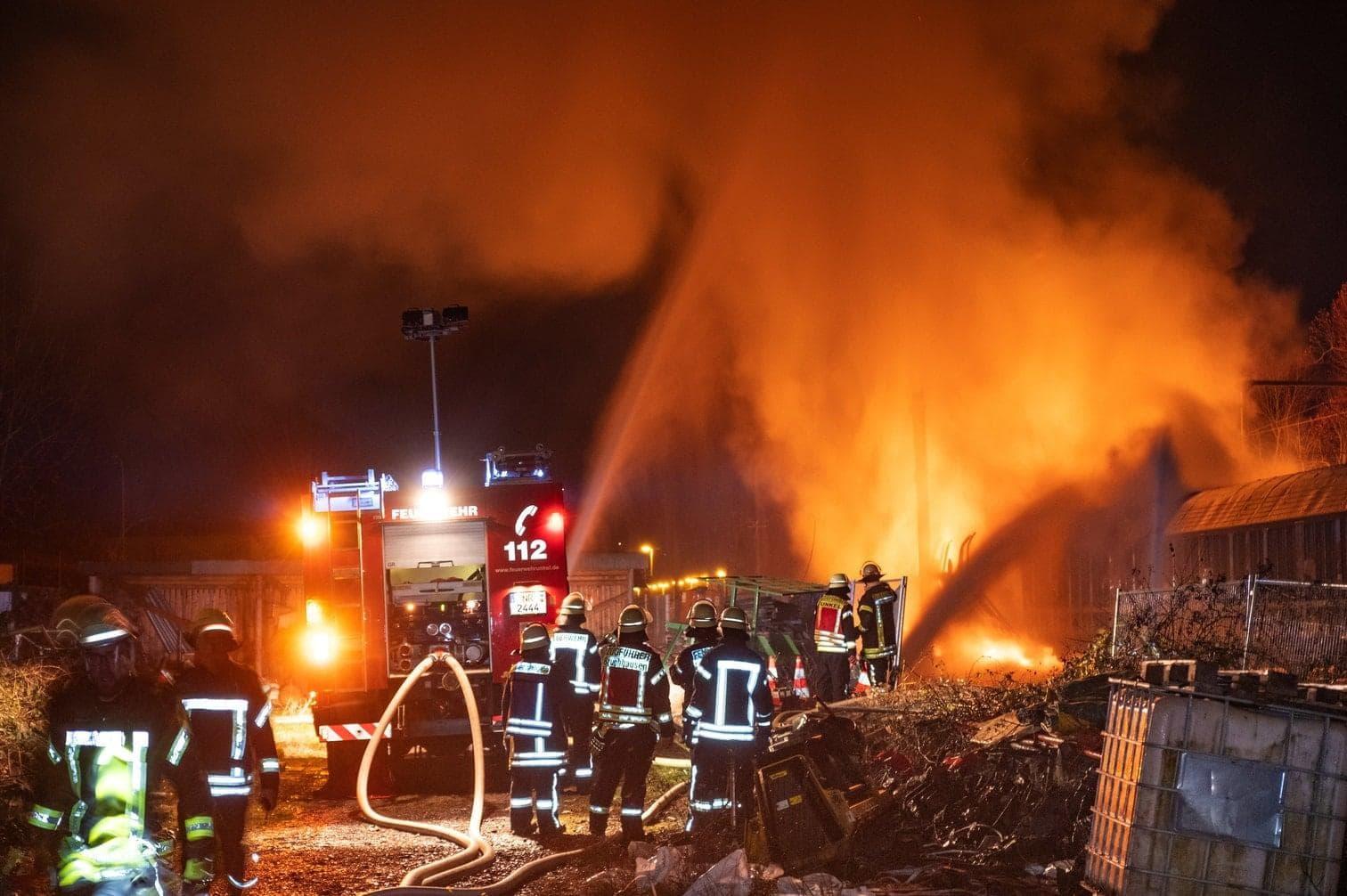 <p>In Unkel am Rhein brennen zwei mit Spraydosen beladene G&uuml;terwaggons. Ein Gro&szlig;aufgebot der Feuerwehr k&auml;mpft gegen die Flammen.</p> Foto: dpa/Frank Homann