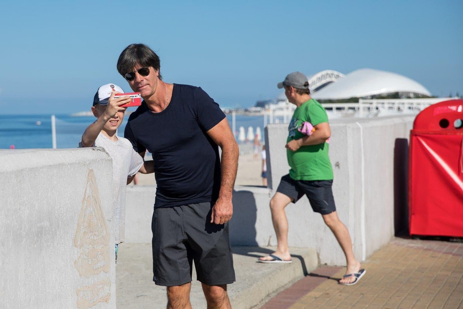 Jogi Löw. Frühmorgens flanierte der Bundestrainer wie ein Urlauber in kurzen Hosen und mit Sonnenbrille über die Strandpromenade von Sotschi.</p> Foto: dpa