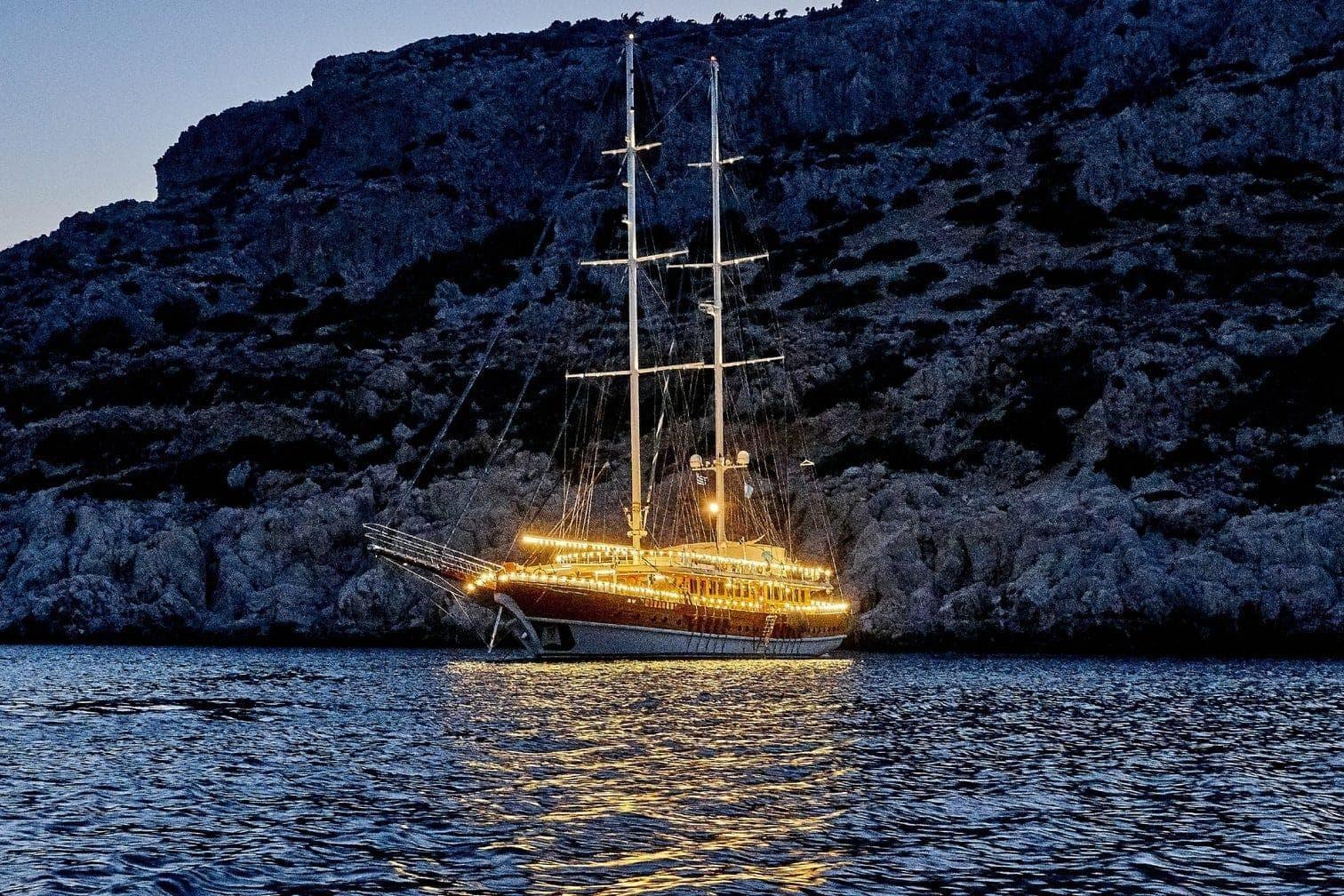 <p>Und auch bei Nacht wirkt das Schiff romantisch.</p> Foto: MG RTL D