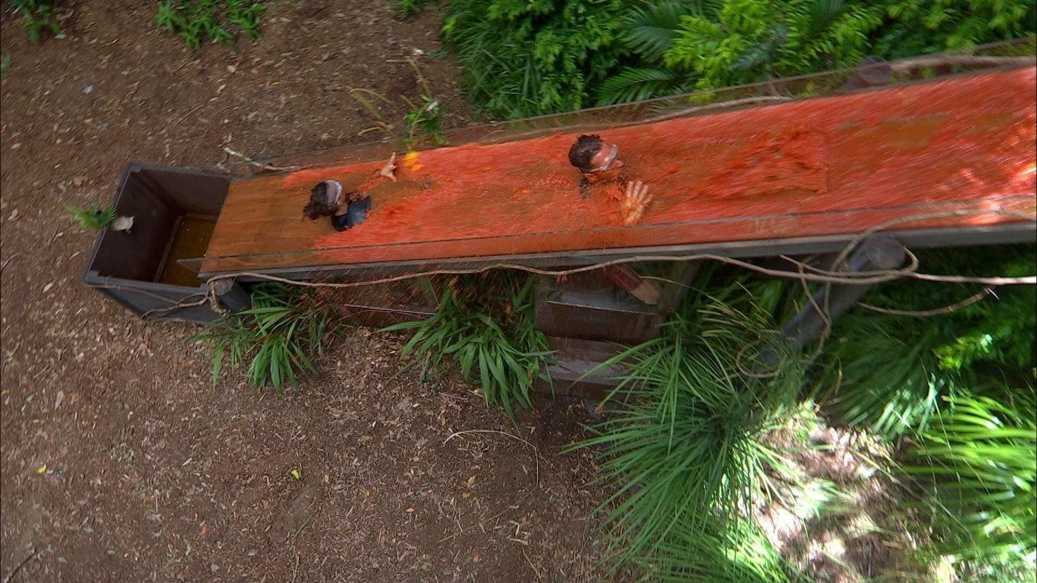 bevor sie ihre Sitzplätze unterhalb der Rutsche einnehmen und ihre Köpfe und Hände durch die vorgesehenen Löcher stecken.</p> Foto: MG D RTL / Stefan Menne