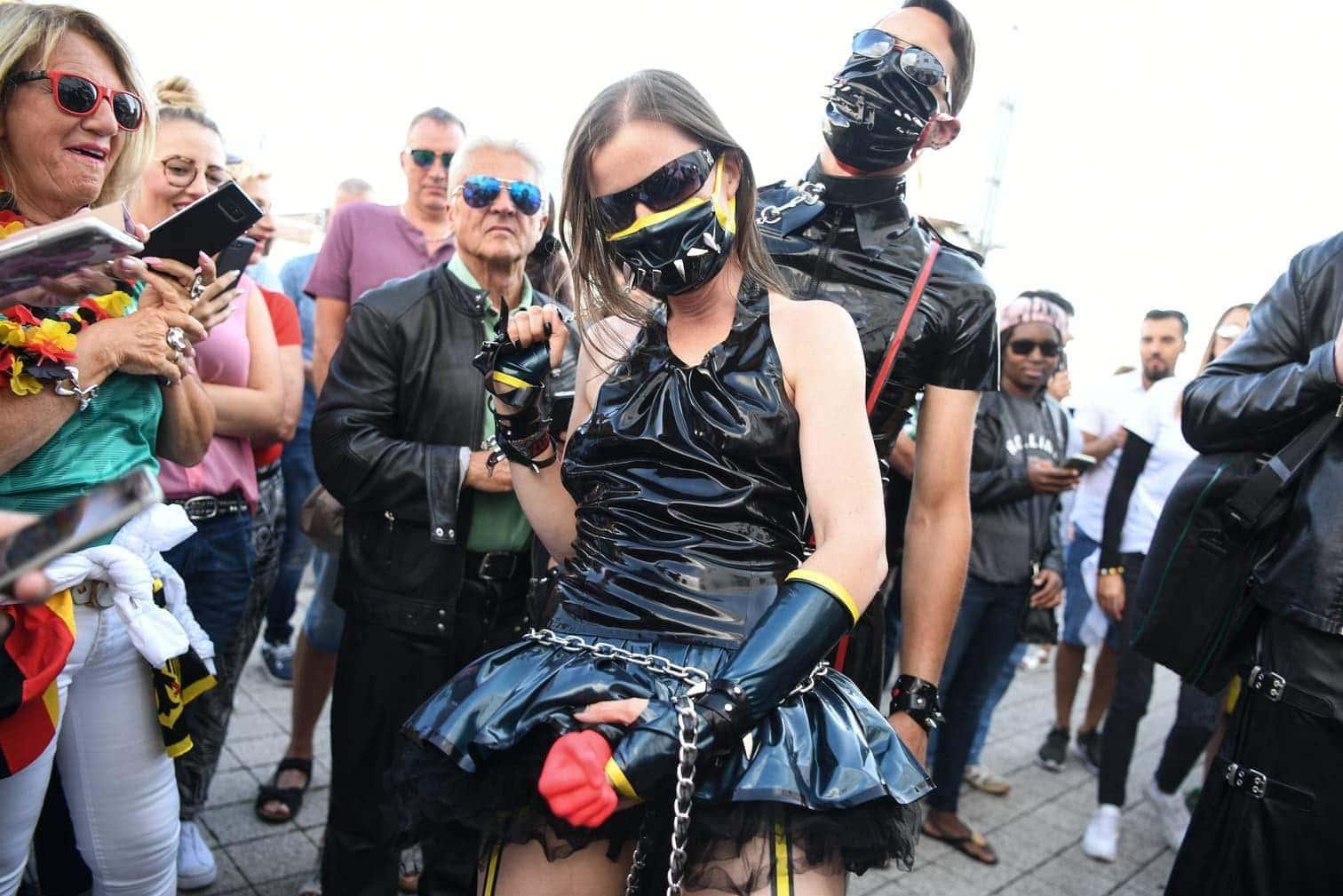 <p>Mit zum Teil skurrilen Outfits zogen die Fetischisten die Blicke auf sich.</p> Foto: dpa