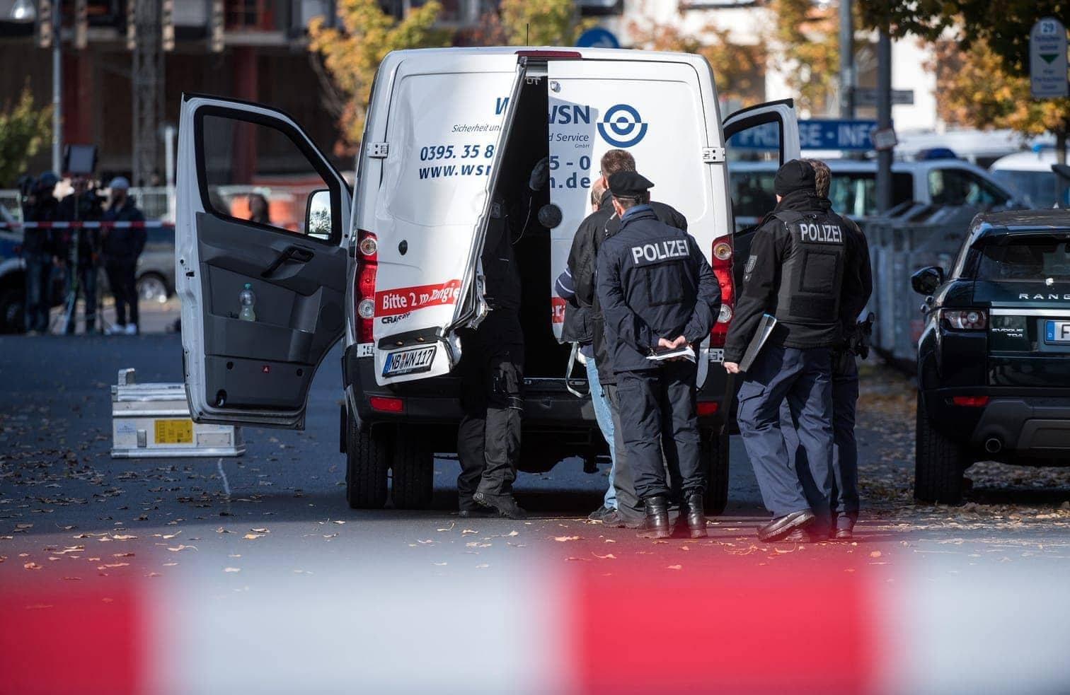<p>Mehrere Maskierte haben in der Nähe des Berliner Alexanderplatzes einen Geldtransporter überfallen.</p> Foto: Bernd von Jutrczenka/dpa