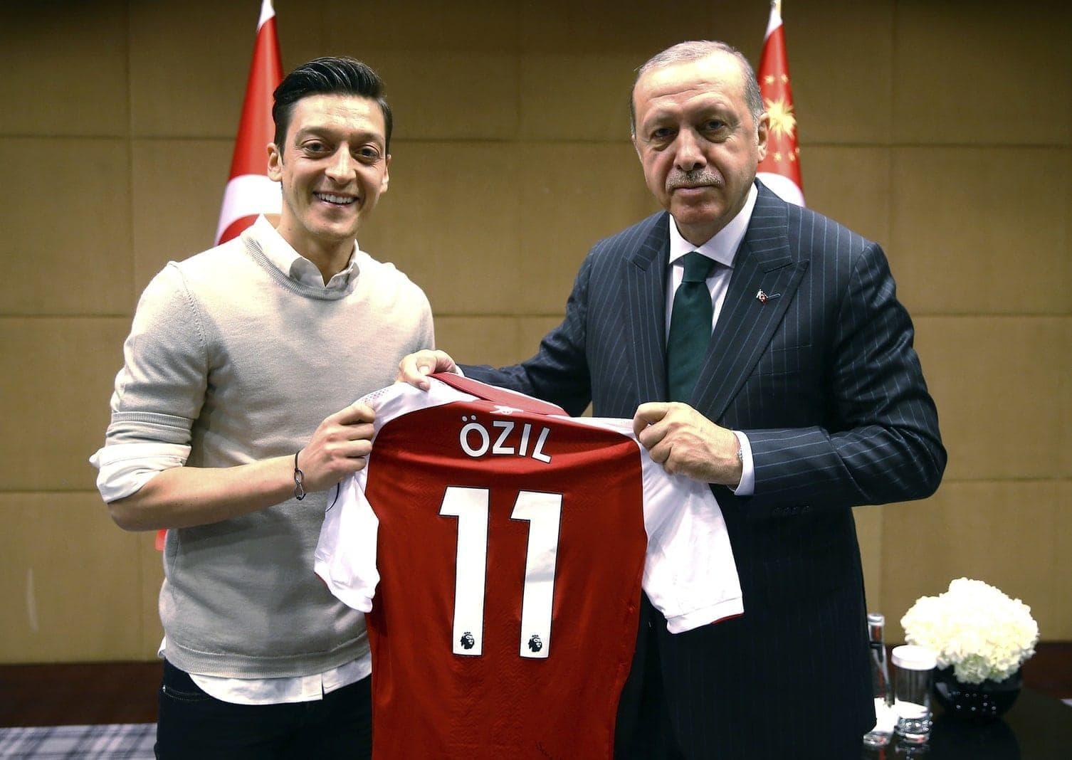 <p>Die deutsche Presselandschaft geht heftig mit dem türkisch-stämmigen Nationalspieler Mesut Özil ins Gericht.</p> Foto: dpa