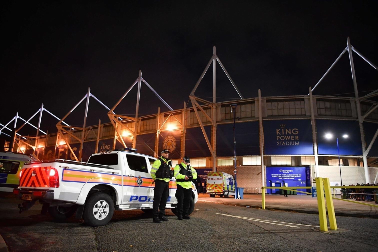 Polizei und Notdiensten bei einem &bdquo;wichtigen Zwischenfall&ldquo; beim Stadion zu helfen.</p> Foto: AFP/Ben Stansall