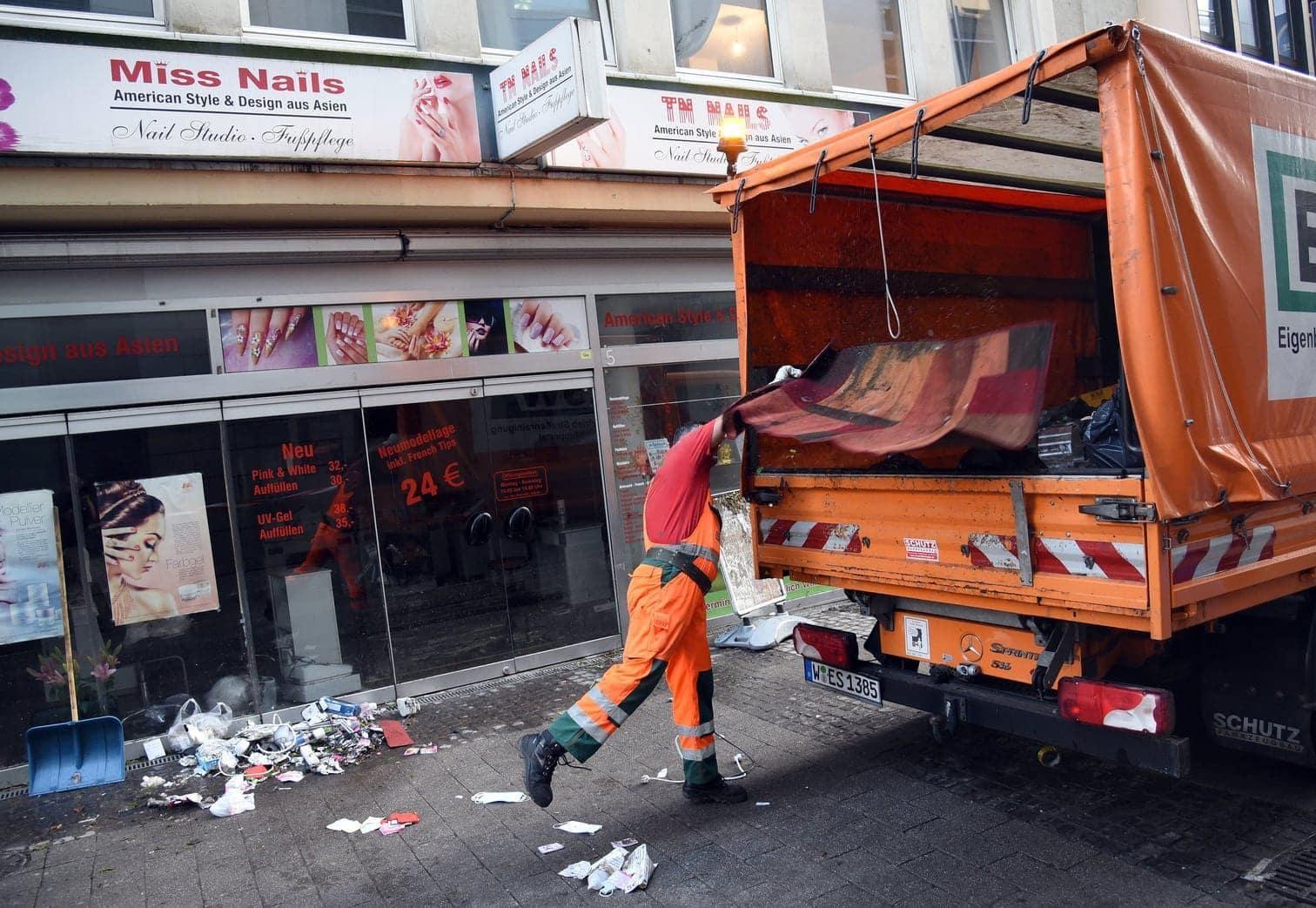 <p>Hier zu sehen: Aufräumarbeiten in Wuppertal.</p> Foto: dpa