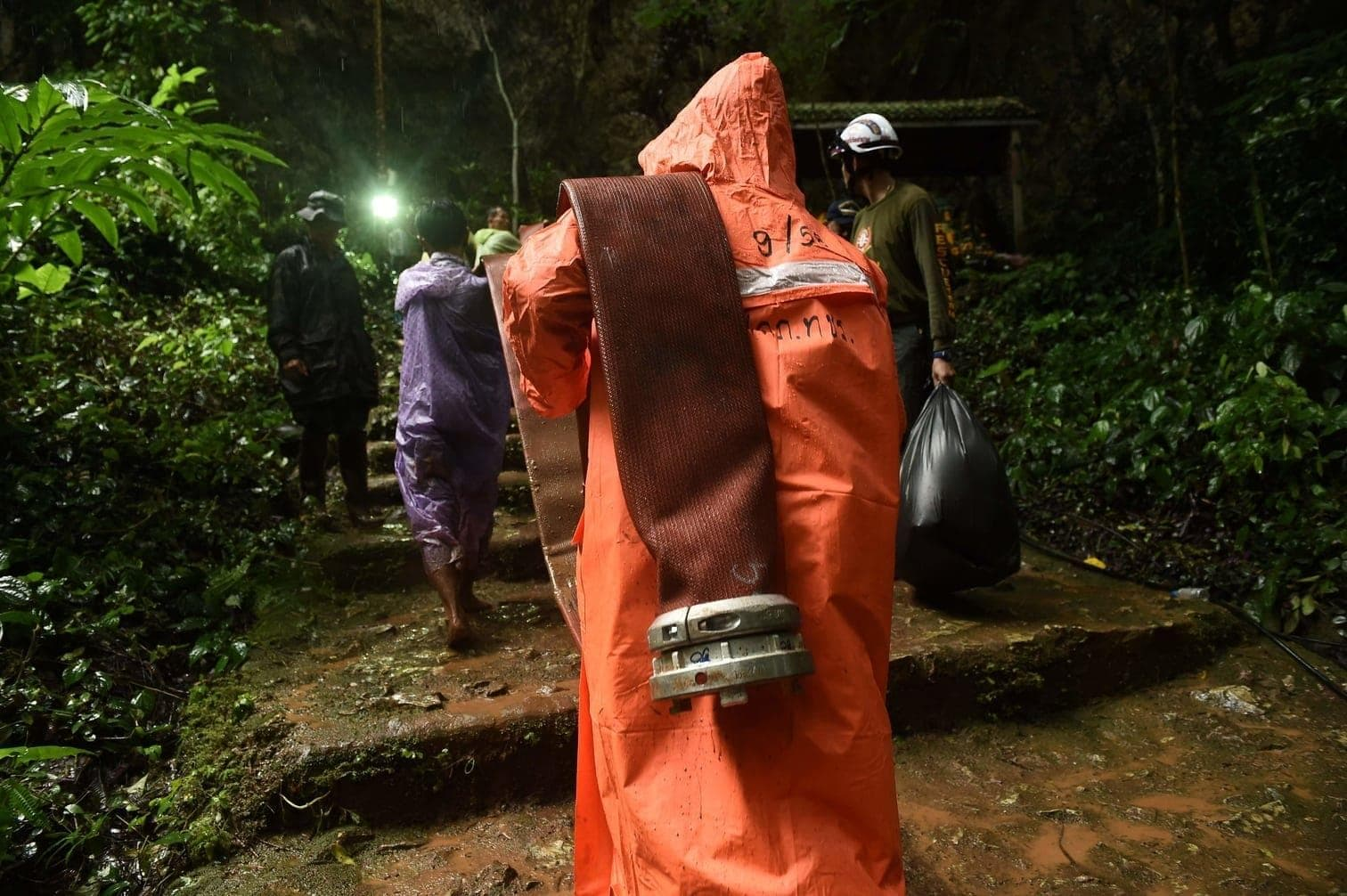 und einige der dunklen Tunnel wurden mit Lichterketten erhellt.</p> Foto: AFP