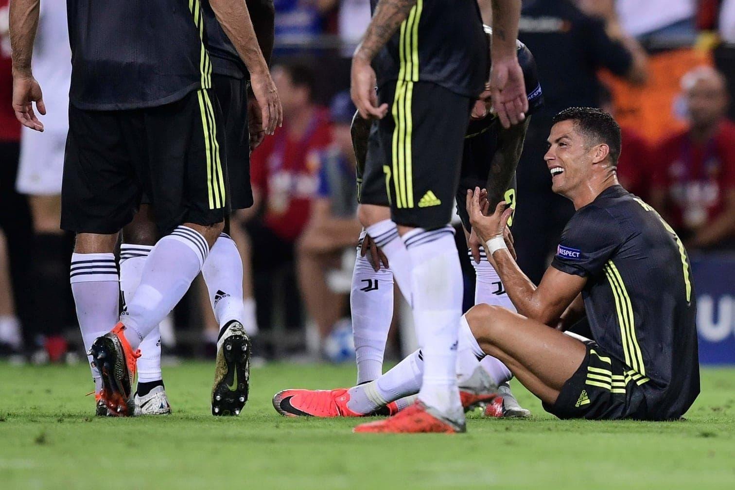 <p>Was für ein bitterer Auftakt: Eigentlich sollte Ronaldo das fehlende Puzzlestück für Juventus' Kampf um den Champions-League-Titel sein. Bei der Premiere im Juve-Trikot fliegt der Fußballstar allerdings vom Platz. In der Kritik steht nun ein Deutscher.</p> Foto: AFP