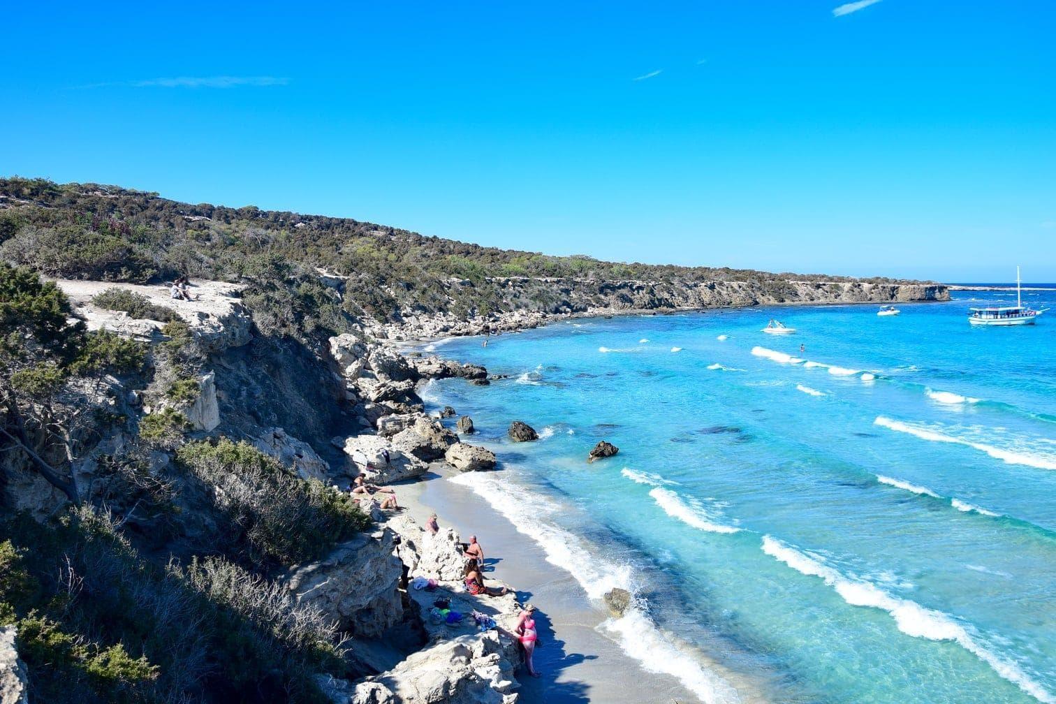 wirst du enttäuscht sein: Wegen der starken Strömung ist Cofete nicht zum entspannten Schwimmen und Planschen geeignet. Dafür kannst du aber stundenlange Strandwanderungen unternehmen und dich dabei vom kraftvollen Rauschen der Wellen musikalisch begleiten lassen.</p> Foto: beach-inspector .com