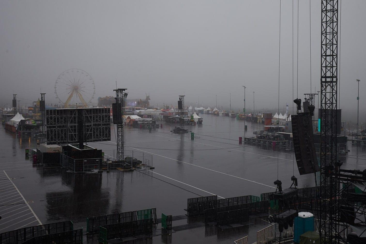 <p>Strömender Regen fällt vor Beginn des Einlasses auf das Gelände des Musikfestivals Rock am Ring. Rund 80 Bands treten am Nürburgring auf drei Bühnen auf.</p> Foto: dpa