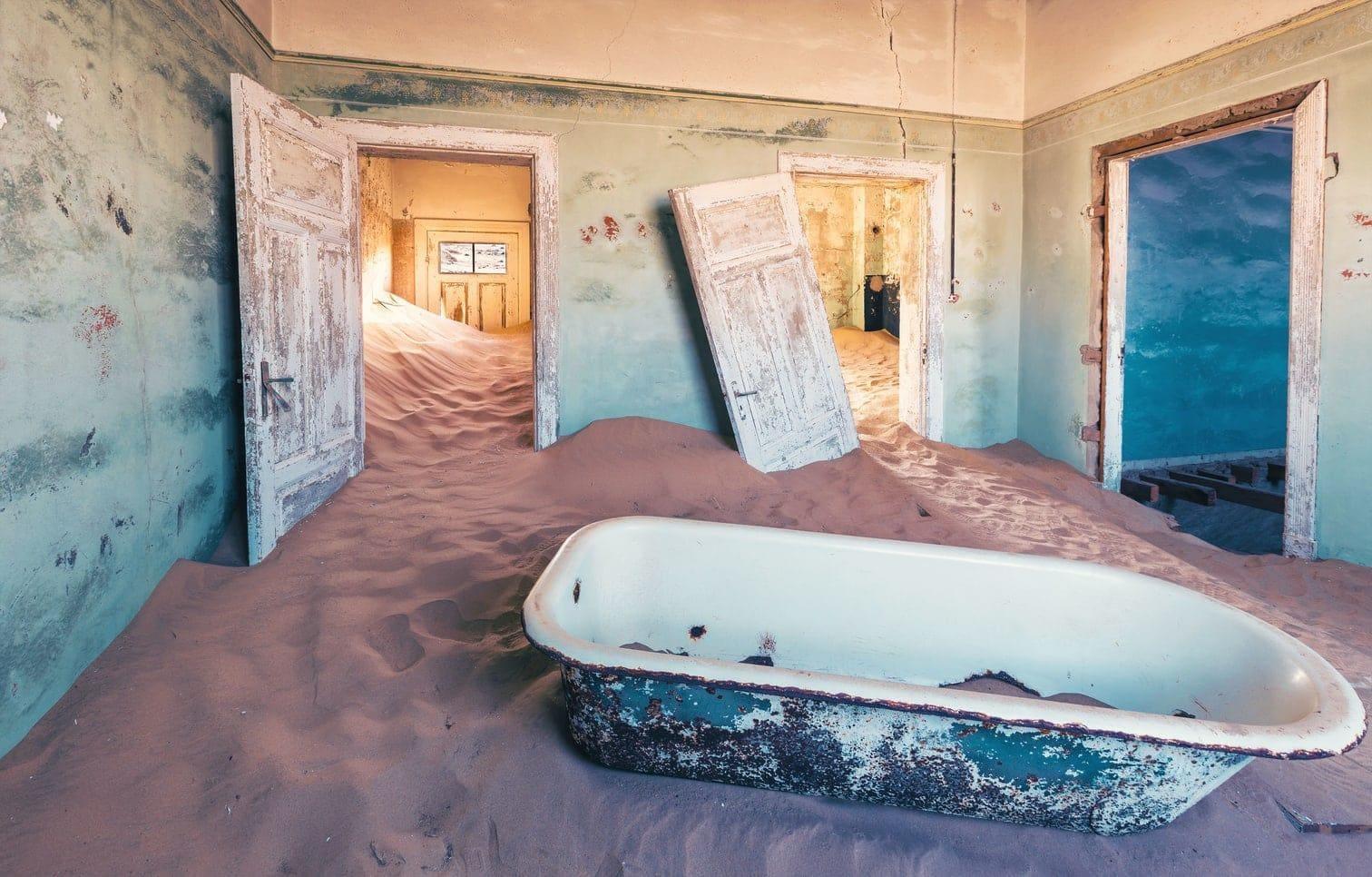 <p><strong>Kolmanskop &ndash; die Geisterstadt in Namibia:</strong><br />Die ehemalige deutsche Diamantenstadt ist heute ein einsames und verlassenes Dorf in der Wüste Namibias. In der einst reichsten Stadt Afrikas wurden vor mehr als 100 Jahren Diamanten abgebaut. Dieser Boom hielt jedoch nur bis in die 1930er Jahre an. Heute sind neben den Sanddünen und den alten Ruinen vor allem die Räume