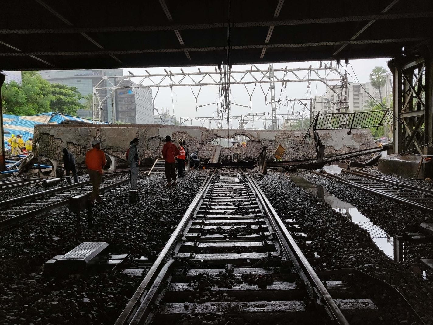 <p>In einem Bahnhof der indischen Finanzmetropole Mumbai ist am Dienstag eine Fußgängerbrücke eingestürzt. Sintflutartiger Dauerregen führte zu Rissen in dem Bauwerk.</p> Foto: AFP