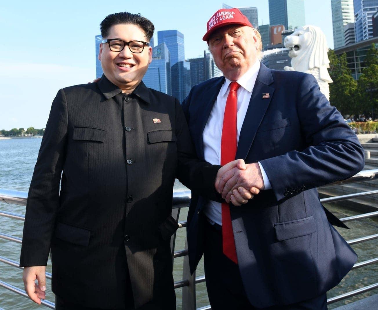 """war wieder mit der Trump-typischen Frisur unterwegs. Dazu trug er einen dunklen Anzug mit roter Krawatte und eine """"Make Amerika Great Again""""-Kappe auf dem Kopf.</p> Foto: AFP"""