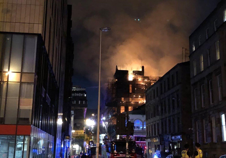 <p>Zum zweiten Mal binnen weniger Jahre ist das historische Gebäude der Kunsthochschule im schottischen Glasgow bei einem Großbrand schwer beschädigt worden. Das 2014 schon einmal ausgebrannte Gebäude der renommierten Glasgow School of Art geriet in der Nacht zum Samstag erneut in Brand. Verletzt wurde nach Angaben der Feuerwehr aber niemand.</p> Foto: dpa