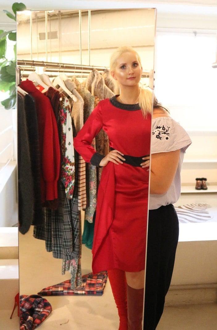 <p><strong>FREITAGMORGEN:</strong> Anna Hiltrop betritt den Showroom in der Villa Mozart &ndash; und der Raum gehört sofort ihr. Die Blicke wenden sich ab von den hier präsentierten Taschen