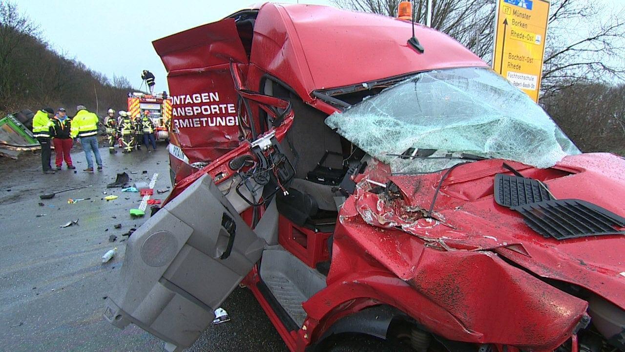 <p>Die drei Insassen des Pkw erlitten bei der Kollision tödliche Verletzungen.</p> Foto: dpa/Arnulf Stoffel