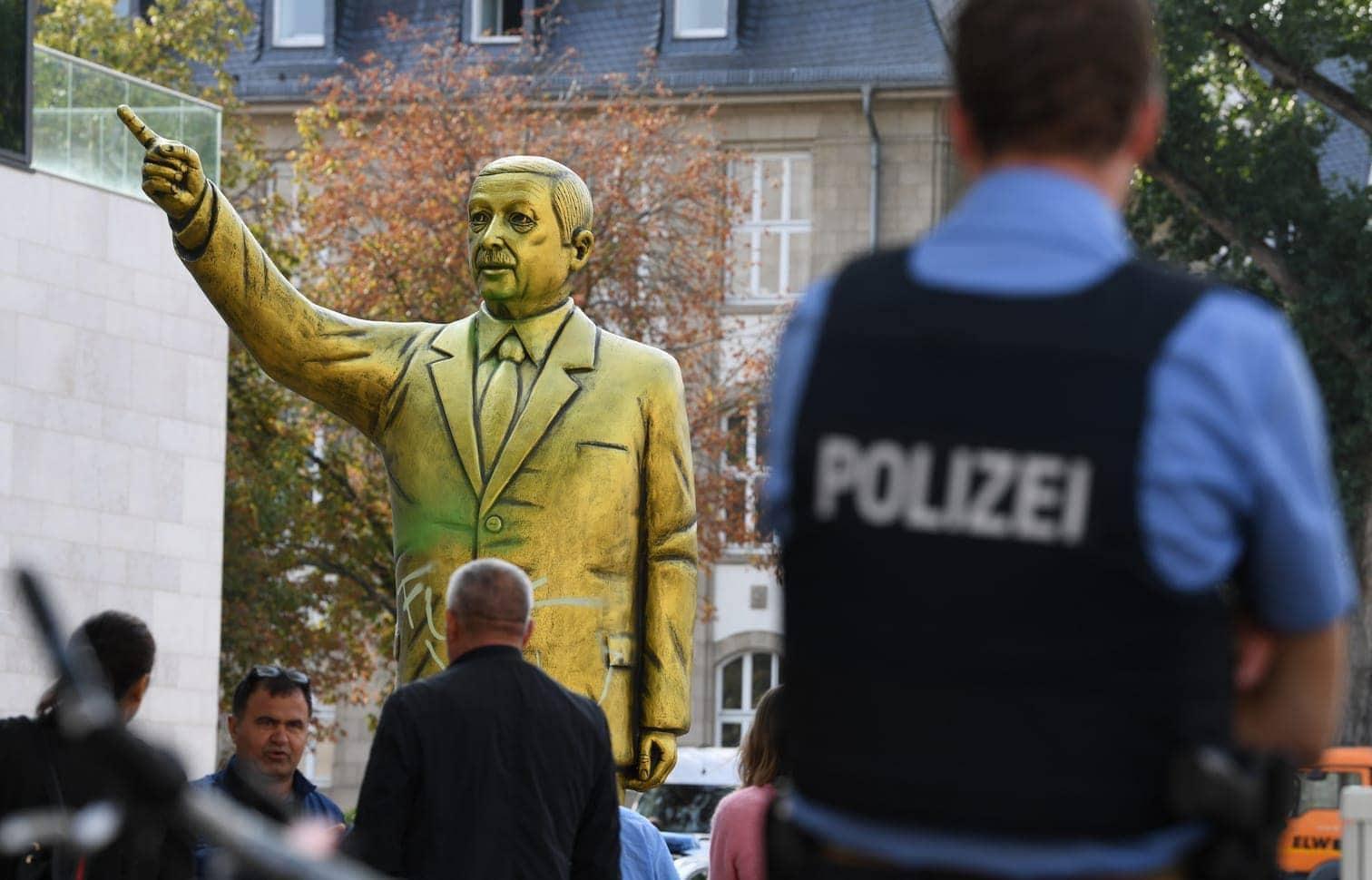 <p>Auf einem Platz in Wiesbaden&nbsp;ist eine goldene Statue des türkischen Präsidenten Recep Tayyip Erdogan errichtet worden.</p> Foto: dpa