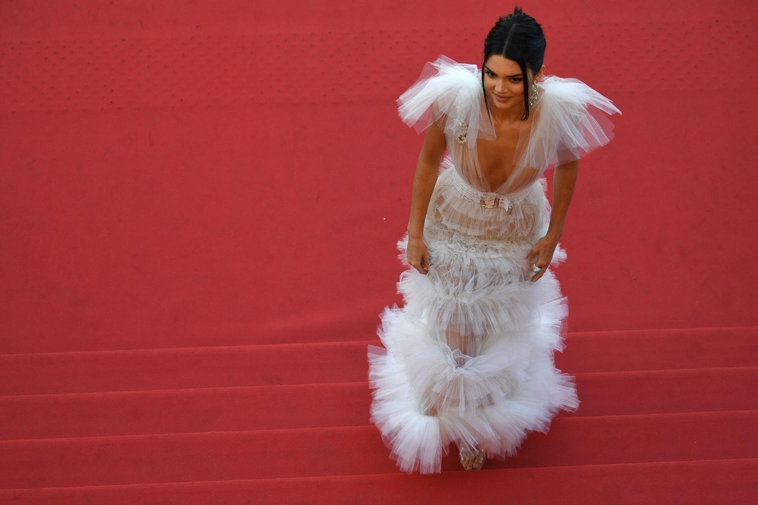 <p>Auch unter ihrem weißen Kleid schien die Schwester von Kim Kardashian nicht viel mehr drunter zu tragen.</p> Foto: ©afp/AFP