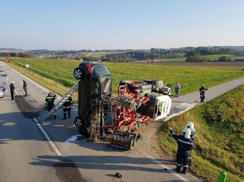 der Pkw stand auf der vorderen Stoßstange.</p> Foto: Freiwillige Feuerwehr Schwarzenau