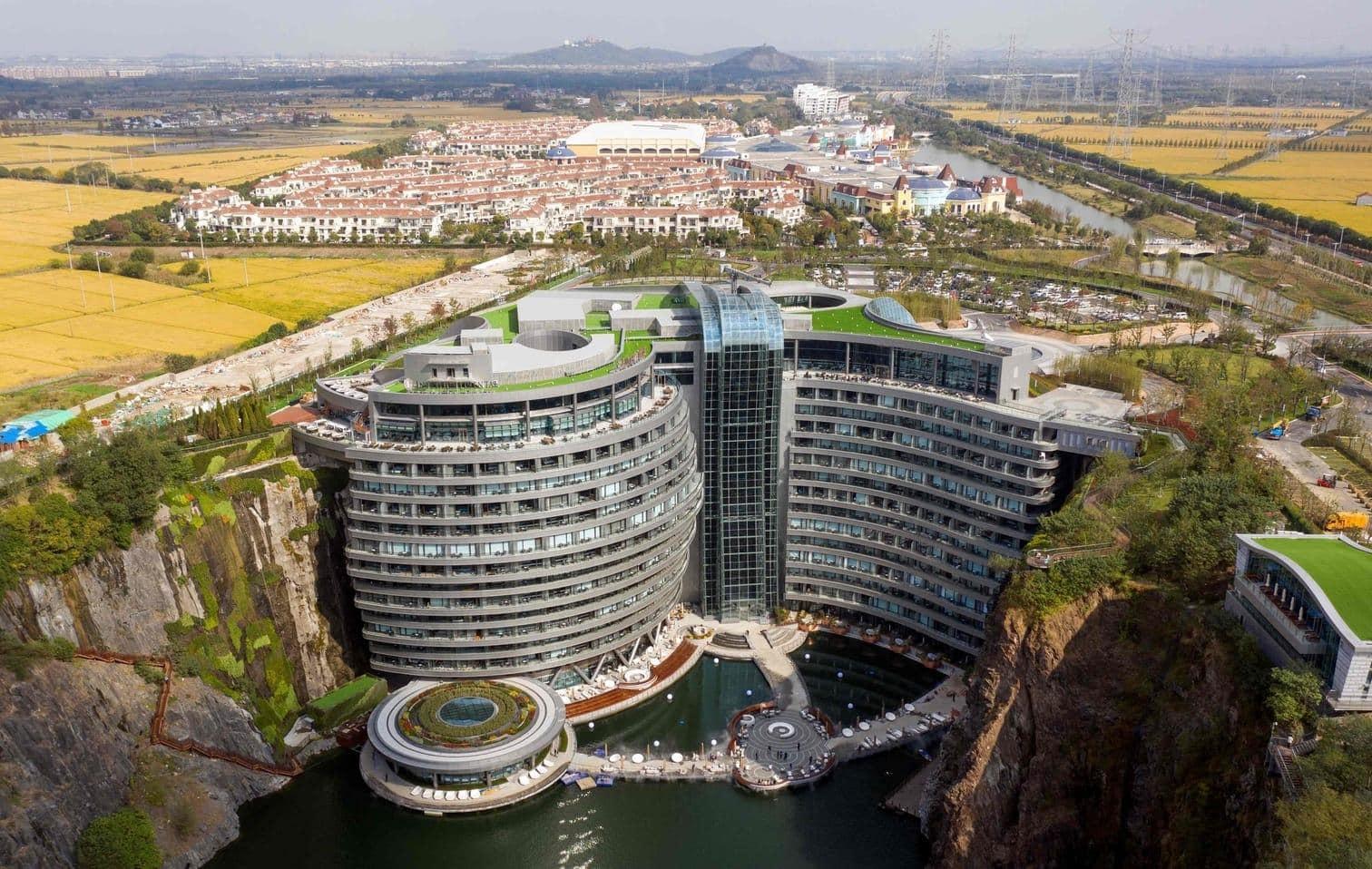 <p>Nahe der chinesischen Millionenmetropole Shanghai wird ein neues Luxushotel in einem ehemaligen Bergwerk eröffnet.</p> Foto: AFP/Johannes Eisele