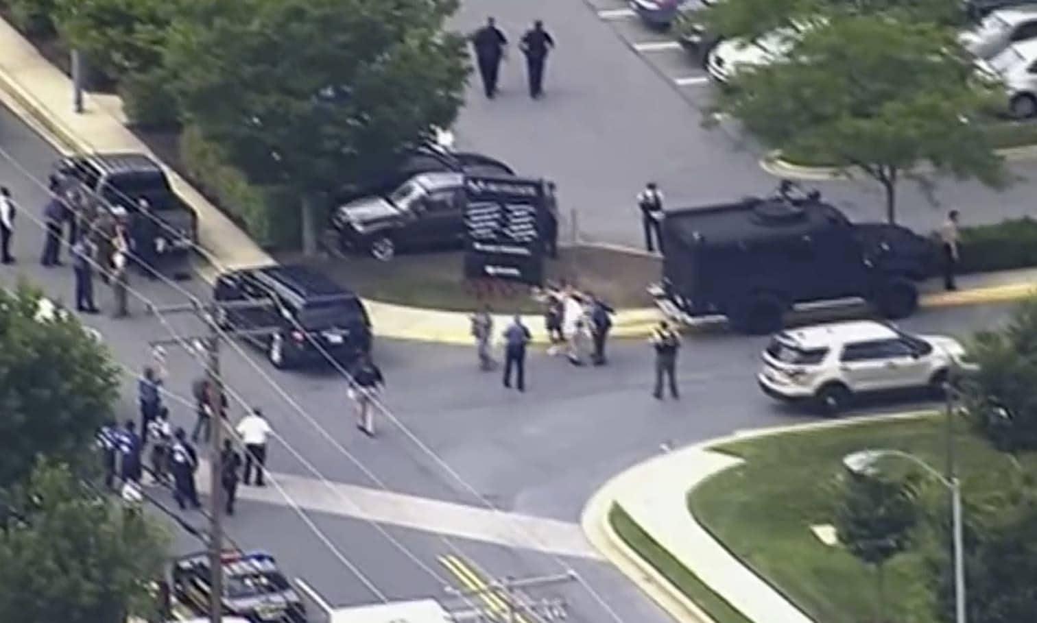 <p>In einem Zeitungshaus in Annapolis bei Washington fallen Schüsse. Reporter suchen unter Schreibtischen Schutz. Mindestens fünf Menschen kommen ums Leben.</p> Foto: dpa
