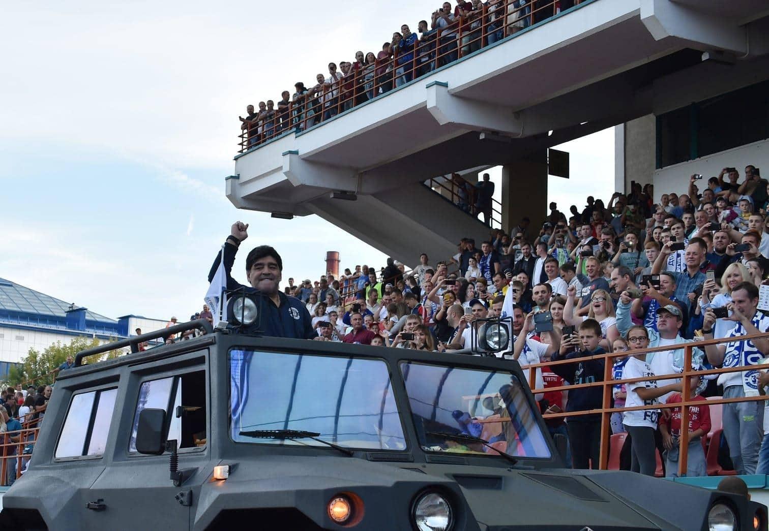 <p>Diego Maradona ist bei seinem neuen Arbeitgeber Dinamo Brest angekommen. Aber seht euch selbst die coolen Bilder aus Weißrussland an.</p> Foto: AFP