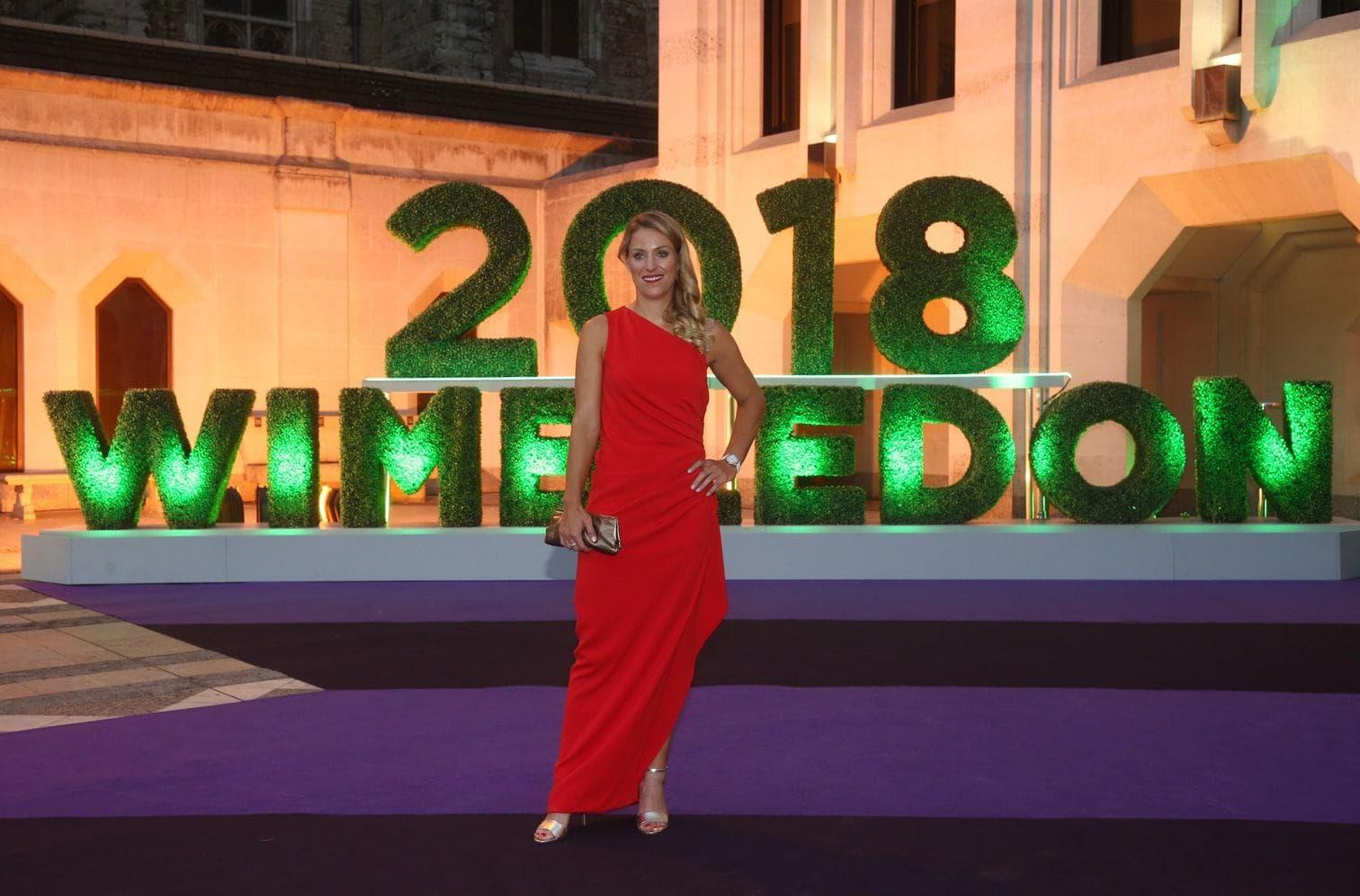<p>Angelique Kerber strahlt im roten Abendkleid beim Champions Dinner in Wimbledon.</p> Foto: dpa