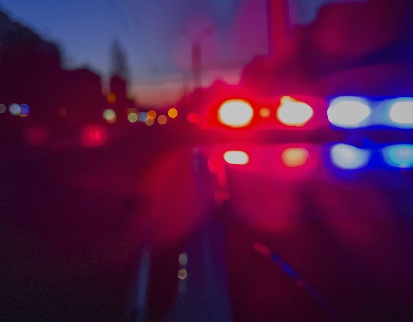 Drei Männer treten an parkendes Auto heran und schießen Dreijährigem in den Kopf