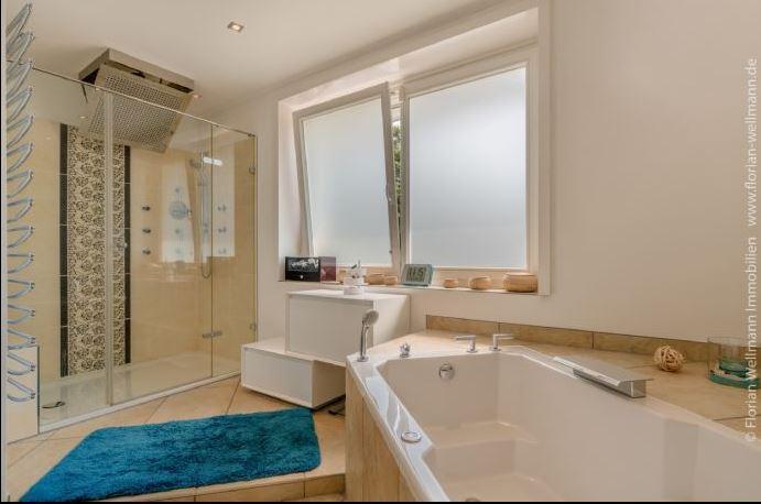 <p>Das Badezimmer mit Dusche und Badewanne.</p> Foto: Screenshot Immonet