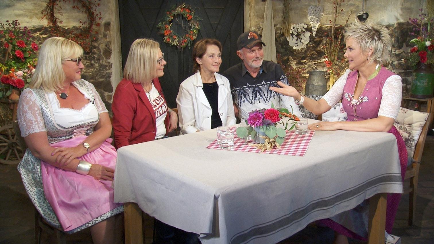 <p>...und den beiden Hofwochen-Kandidatinnen Angelika (2.v.l.) und Irmgard (l.) .</p> Foto: MG RTL D